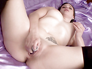 Amysativa spreads her thick thighs and stuffs her pussy with a toy